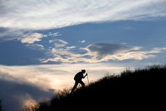 Schattenbild des schweren Gehens der Person in Richtung zu Lizenzfreie Stockfotos