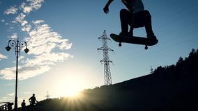 Schattenbild des Skateboardfahrers Junger Skateboardfahrer, der Bremsungssprung tut stock video footage