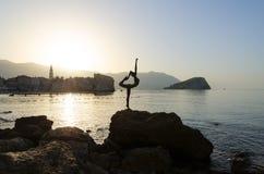 Schattenbild des Skulptur Ballerina-Tänzers von Budva in der Morgenhintergrundbeleuchtung Lizenzfreie Stockfotos