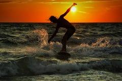 Schattenbild des Surfers bei Sonnenuntergang Lizenzfreies Stockfoto
