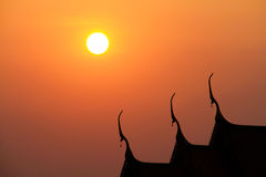 Schattenbild des thailändischen Tempeldachs Stockbilder
