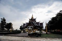 Schattenbild des thailändischen Tempelhintergrundes Stockbilder