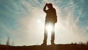 Schattenbild des touristischen Reisendmannwanderers Mann mit Rucksack, Mannschattenbild am Sonnenunterganglebensstil, Mann steht stock video
