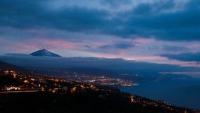 Schattenbild des Vulkans Del Teide umgab durch Wolken in einem nächtlichen Himmel Pico del Teide-Berg in Nationalpark EL Teide na lizenzfreie stockbilder