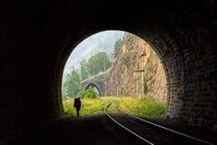 Schattenbild des Wanderers im Torbogen des Tunnels Stockfotografie