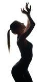 Schattenbild des zierlichen Tänzers aufwerfend an der Kamera Stockfoto