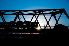 Schattenbild des Zugs mit fantastischem Farbsonnenunterganghintergrund Stockfoto