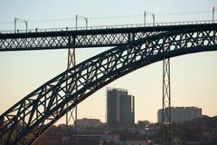 Schattenbild einer Brücke Dom Luis I am Abend, Porto Lizenzfreie Stockfotos