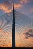 Schattenbild einer enormen Kabelbrücke über der Save bei Sonnenuntergang in Belgrad Lizenzfreies Stockbild
