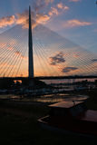 Schattenbild einer enormen Kabelbrücke über der Save bei Sonnenuntergang in Belgrad Lizenzfreie Stockfotos
