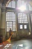 Schattenbild einer Frau auf dem Fenster Dunst- und Sonnenlichtstrahl Lizenzfreie Stockfotos