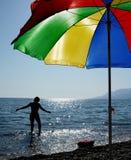 Schattenbild einer Frau auf der Küste Stockbilder