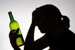 Schattenbild einer Frau, die eine Flasche hält Stockbild