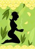 Schattenbild einer Frau mit Schale Zitronentee in ihr Lizenzfreies Stockfoto