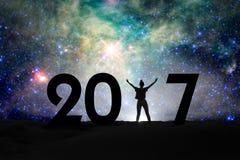 2017, Schattenbild einer Frau und sternenklare Nacht, 2017 neues Jahr Lizenzfreie Stockfotografie