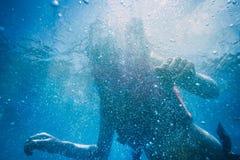 Schattenbild einer Frau unter Wasser Hintergrund Stockfotografie