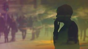 Schattenbild einer Frauen-rauchenden Zigarette im Sonnenuntergang, denkend an die letzten Zeiten stock video
