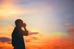 Schattenbild einer jungen Reise und der Fotografie Stockfotos