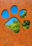 Schattenbild einer Katzentatze in der rostigen Metallwand Stockbild