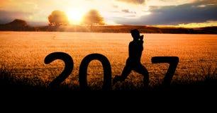 Schattenbild einer laufenden Person, die Zeichen des neuen Jahres 2017 bildet Lizenzfreies Stockbild