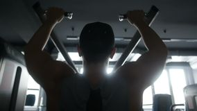 Schattenbild einer Mannübung auf seinen Schultern stock video