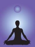 Schattenbild einer Person, die in Yogalotussitz meditiert stock abbildung