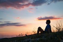 Schattenbild einer Person gegen Sonnenuntergang stockfoto