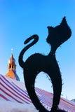 Schattenbild einer schwarzen Katze auf einem Hintergrund der Hauben-Kathedrale Stockbild