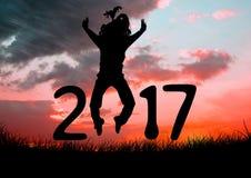 Schattenbild einer springenden Person, die Zeichen des neuen Jahres 2017 bildet Lizenzfreies Stockfoto