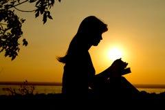 Schattenbild eines betenden Mädchens Lizenzfreie Stockbilder