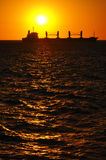 Schattenbild eines Bootes am Sonnenuntergang Lizenzfreies Stockbild