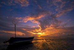 Schattenbild eines Fischerbootes Lizenzfreies Stockfoto