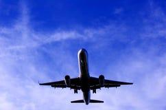 Schattenbild eines Flugzeuges im Himmel Lizenzfreie Stockfotos