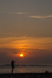 Schattenbild eines Fotografen bei Sonnenaufgang Lizenzfreie Stockbilder