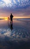 Schattenbild eines Fotografen mit drastischem Sonnenuntergang stockfotografie