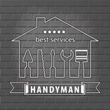 Schattenbild eines Hauses mit Werkzeugen für Reparatur Heimwerkerlogo auf Backsteinmauerhintergrund im Grau Stockbild