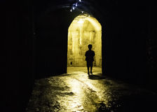 Schattenbild eines Jungen in einem dunklen Tunnel Stockfotos