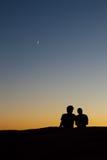Schattenbild eines jungen Paares am Sonnenuntergang lizenzfreie stockbilder