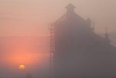 Schattenbild eines Kirchenkirchturms bei Sonnenuntergang Stockfotografie