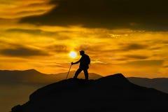Schattenbild eines Kletterers auf der Spitze Sport- und Berufslebenkonzept lizenzfreies stockfoto