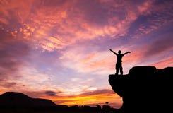 Schattenbild eines Mannes auf dem Felsen Lizenzfreie Stockbilder