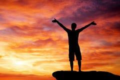 Schattenbild eines Mannes auf eine Gebirgsoberseite Stockfoto