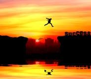 Schattenbild eines Mannes, der über die Klippe springt Stockfoto