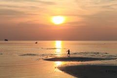 Schattenbild eines Mannes, der Übungen bei Sonnenuntergang tut Stockfotografie