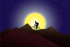 Schattenbild eines Mannes mit einem Rucksack, der Fahrrad in den Bergen gegen enormen Mond fährt Lizenzfreies Stockfoto