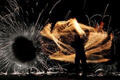 Schattenbild eines Mannes w?hrend einer brennenden Show stockfotografie