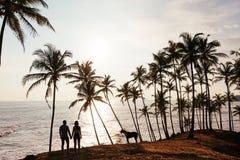 Schattenbild eines Paares in der Liebe auf dem Strand stockfotos