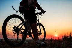 Schattenbild eines Radfahrers und des Fahrrades auf Himmelhintergrund Stockfotografie