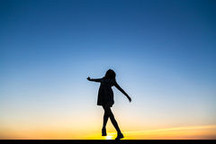 Schattenbild eines schönen glücklichen gesunden Frauentänzers stockbild
