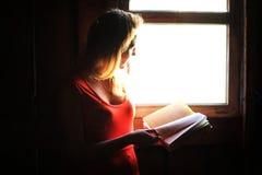 Schattenbild eines schönen Mädchens in einem roten Kleid Lizenzfreies Stockbild